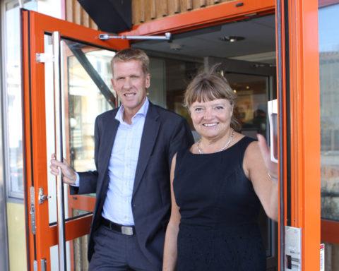 Håkan Pettersson och Gunnel Lorentzon öppnar entren till kommunhuset