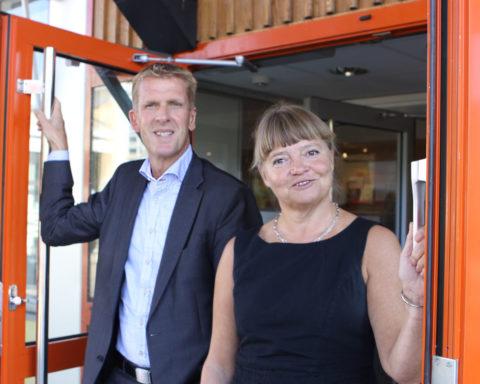 Kommundirektörerna Håkan Pettersson och Gunnel Lorentzon är styrande i Kommunhuset. på bilden ses de i entrén. Foto Titti Thorsell