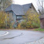 Huset mellan järnvägen och rondellen ligger intill Stenkullens industriområde.