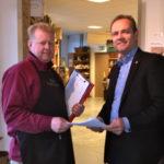 Per Larsson överlämnade namnunderskrifterna till kommunalråd Henrik Ripa (M).