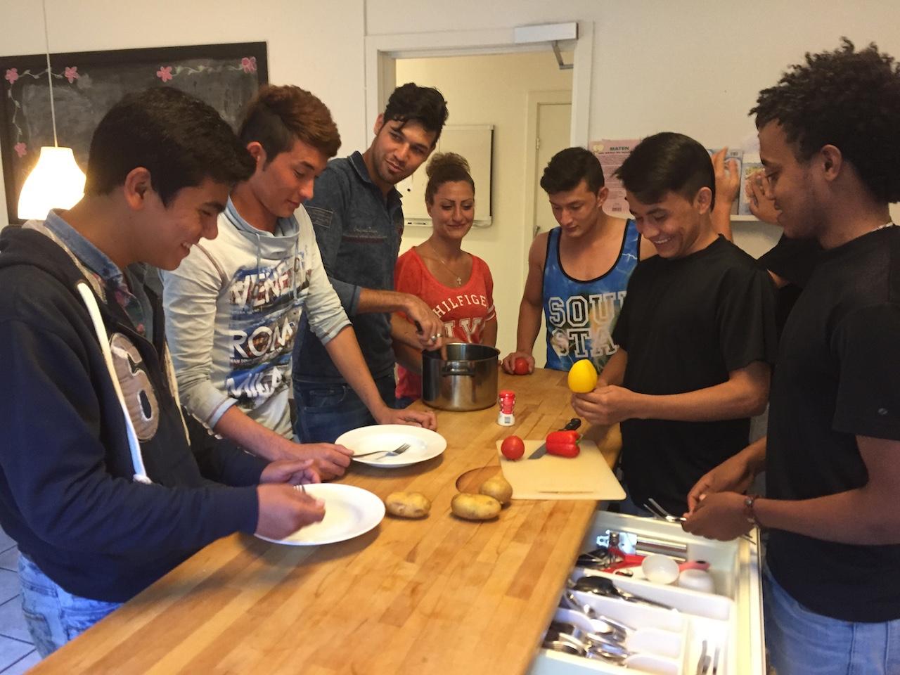 Samling i köket. Killarna på asylboendet lagar själva all mat, med stöd från personalen.