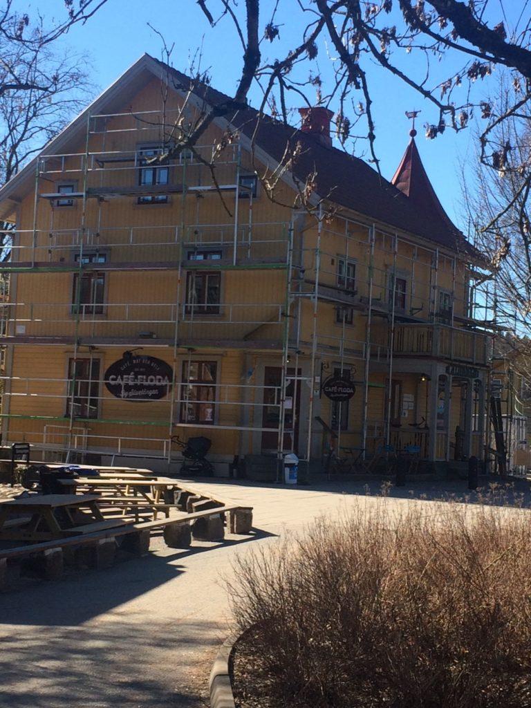 Café Floda by Sävelången får sig en nymålning av fasaden.